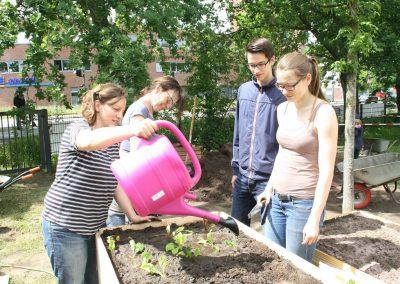 Viele Helfer im Garten des Begegnungshauses 37 Grad