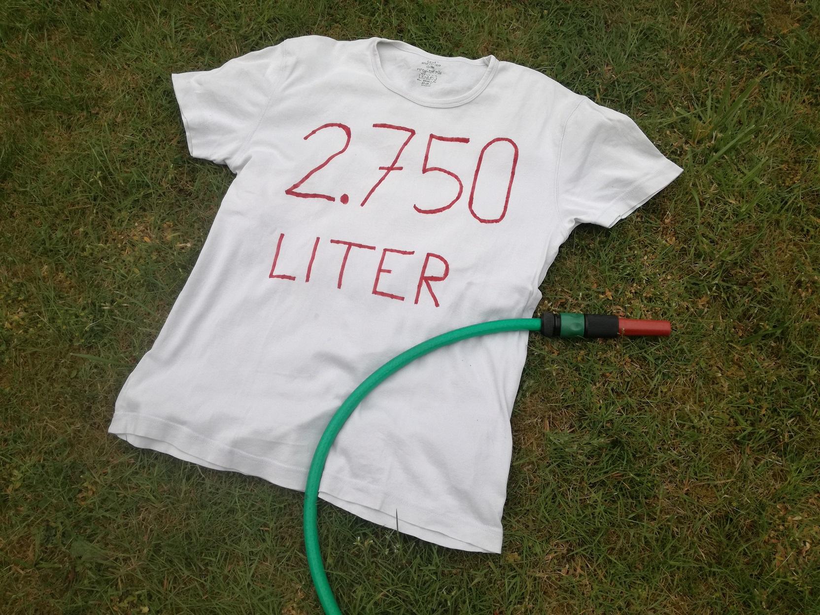 Weißes T-Shirt mit Aufdruck 2.750 Liter