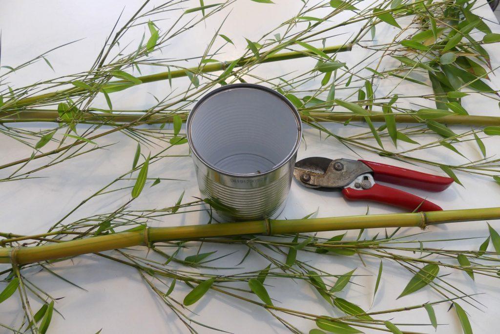 Leere Dose, Rosenschere und Bambusstäbe
