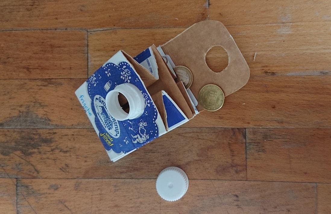 Fertiger Geldbeutel aus Tetrapak mit Münzen drin