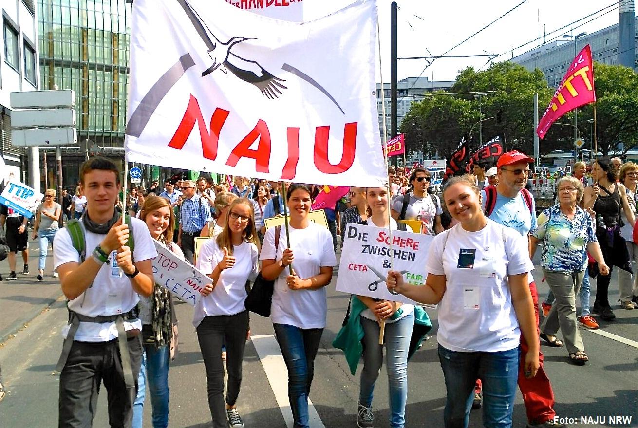Junge Leute mit NAJU-Fahne auf einer Demo